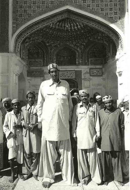 BW The Giant of Sehwan Pakistan C7 001