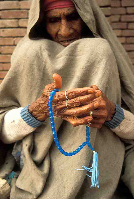 ISLAM beggar woman and prayer beads Pakistan IS119C14